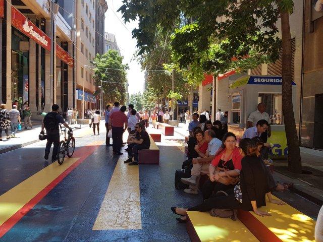 Peatón, rey en el Paseo Bandera de Santiago de Chile