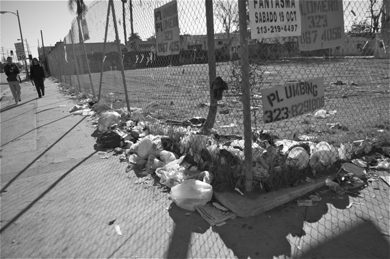 Garbage gathers on the corner at 41st and Main in January of this year. Sahra Sulaiman/LA Streetsblog