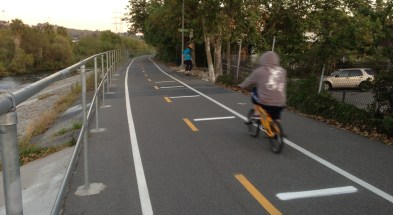 The horizontal white lines are LADOT's new bike rumble strips, designed to slow cyclists down so they can share the path with pedestrians. Joe Linton/Streetsblog LA