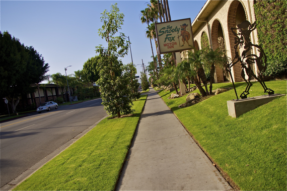 The hourly motels sport some of the most inviting sidewalks on an otherwise largely filthy and barren avenue. Sahra Sulaiman/LA Streetsblog