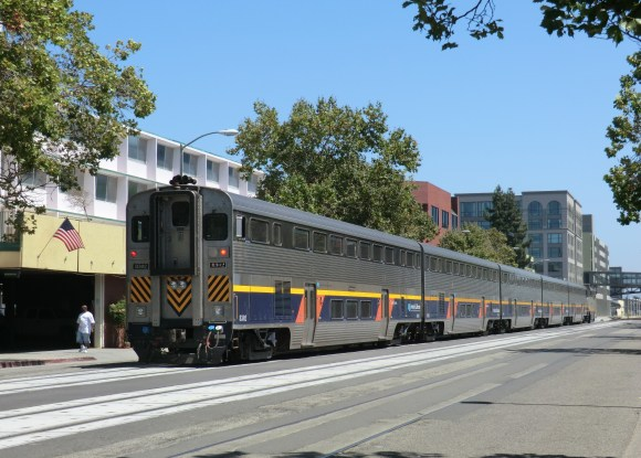 Capitol Corridor train running through Oakland. Photo: Ale Sasso, Wikimedia