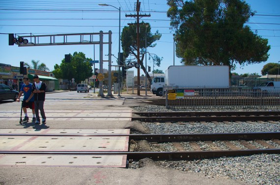 Youth leaving the park cross the sets of tracks at 48th and Long Beach Ave. Sahra Sulaiman/Streetsblog L.A.
