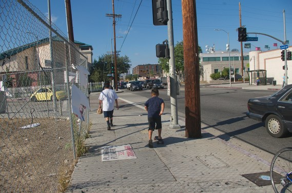 Two kids under 10 years of age heading home after making a run to the market. Sahra Sulaiman/Streetsblog L.A.