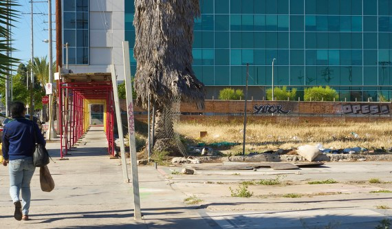 For reasons unknown, the fencing does not surround the entire lot at 84th and Vermont. Sahra Sulaiman/Streetsblog L.A.