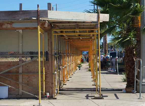When the fencing went up in the spring of 2015, so did residents' hopes. But the project appears to have stalled since then. Sahra Sulaiman/Streetsblog L.A.