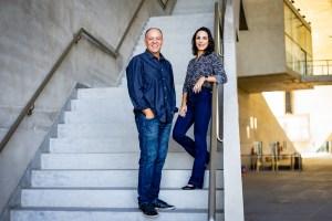 Juliana Frota e Nelson Paiva na escada da Cidade das Artes