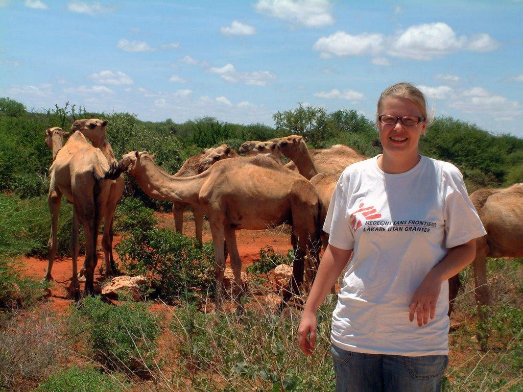 Toiminnanjohtaja Linda Konate Etiopiassa kamelien edessä.