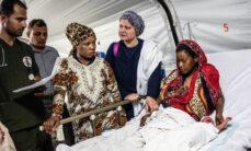 Hoitohenkilökuntaa on kokoontunut potilaan ympärille