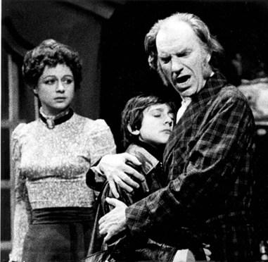 Emma Cohen junto a Fernán Gómez en una escena de 'Un enemigo del pueblo' en 1971. Foto: Archivo CDT