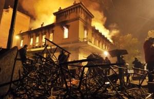 Foto de febrero de 2012, en Atenas. Decenas de negocios fueron saqueados o incendiados. El ayuntamiento de Atenas ofreció ayuda a los afectados durante protestas por los recortes (Foto: AFP).