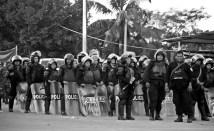 Policía nicaragüense monta guardia frente a Peñas Blancas.