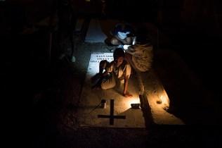 Jóvenes pintan las lápidas de familiares. Foto: Edu León
