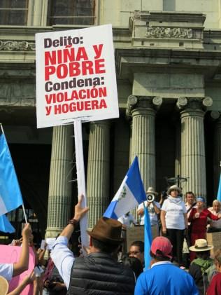 Un hombre enseña un cartel durante la manifestación en el Parque Central de la Ciudad de Guatemala. La criminalización de la pobreza afecta a todos nuestros países. Las niñas pobres son uno de los grupos más vulnerables de América Latina.