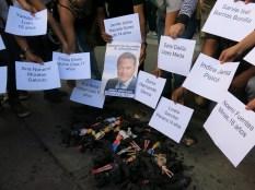 Unas veinte personas realizan un performance para visibilizar los nombres de las adolescentes fallecidas. Las muñecas en lugar de las niñas, en una hoguera, para evocarlas.