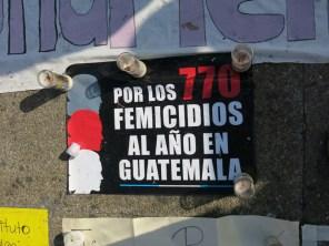 Un cartel recuerda el número de femicidios en Guatemala. Parque Central de Guatemala. Se ha llegado ha considerar el feminicidio como un genocidio a cuentagotas: las víctimas seleccionadas son siempre mujeres y niñas.