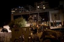 Un tanque de la Policía Nacional custodia las inmediaciones del Consejo Nacional Electoral. Foto: Edu León