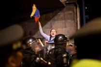 Seguidores de Guillermo Lasso protestan en las inmediaciones del Consejo Nacional Electoral. Foto: Edu León