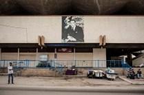 La imagen del rey Mohamed VI está presente en todos los rincones de la ciudad, bares, tiendas y mercados como el de la foto, donde personas sin empleo se sientan a la espera de que surja algún trabajo eventual