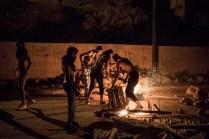 Varios jóvenes haciendo una barricada con fuego en el barrio de Afazar, en las afueras de Alhucema. Dos días después de la gran protesta del día 20 de julio, todavía había enfrentamientos entre vecinos y policías en algunos barrios de la ciudad. (Olmo Calvo)