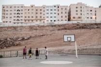 Jóvenes juegan con una pelota en el parque Corniche Morro Viejo, en obras desde hace más de un año. Muchos jóvenes huyen del país en botes de goma hacia España ante la falta de empleo y la represión policial.