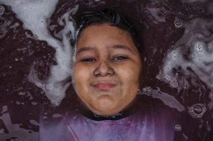 Un niño juega a sumergirse en una piscina inflable. Foto: Vicente Gaibor del Pino