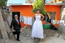 Pareja de recién casados posa en el domicilio donde comparten su vida. Tuxtla Gutiérrez, Chiapas. Foto: Jesus Hernández.