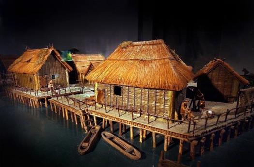 Древнейшие постройки на сваях вдоль побережья швейцарских озер. (реконструкция) (archives.24heures.ch)