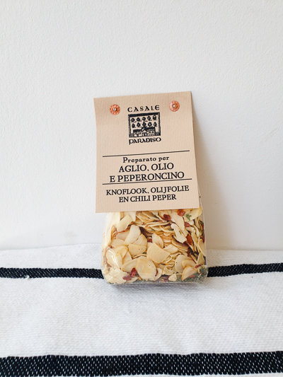 Gedroogde knoflook, olijfolie en chili peper- Casale Paradiso