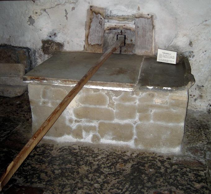 Pitigliano Matzah Oven | labellasorella.com