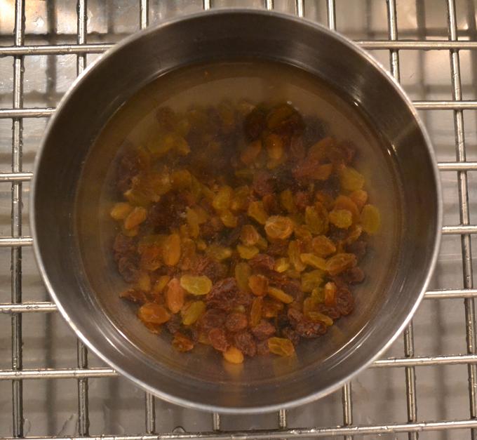 Soaking the raisins for Venetian Haroset | labellasorella.com