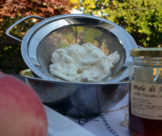Milky ricotta, white peaches, and Tuscan honey for White Peaches Stuffed with Ricotta | labellasorella.com