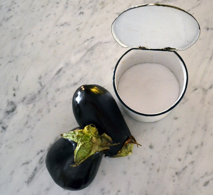 Preparing to salt the eggplants | labellasorella.com