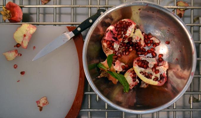 Seeding the pomegranate in the sink | labellasorella.com