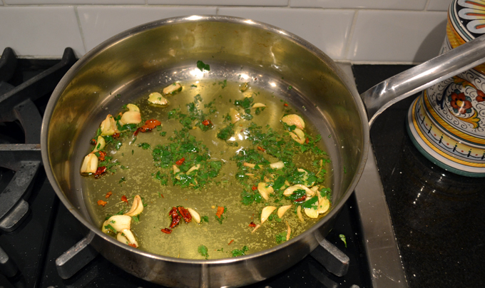 Preparing the simple oil, garlic & chili sauce while the pasta is boiling | labellasorella.com