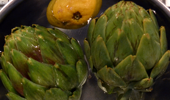 Soaking the fresh artichokes in lemon water | labellasorella.com