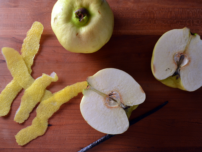Preparing the quince for the preserves and poaching | labellasorella.com