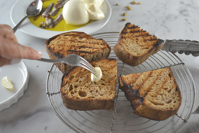 Rubbing the grilled bread with garlic | labellasorella.com