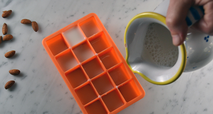Preparing the almond milk ice cubes | labellasorella.com