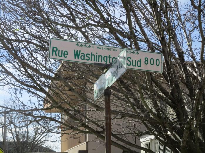 Zweisprachiges Straßenschild in Downtown Lafayette.