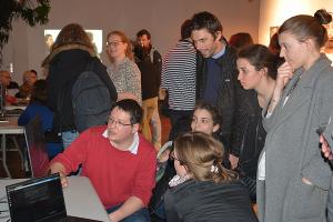 """Robin CURA (en rouge), doctorant du LabEx DynamiTe, animant un atelier à l'occasion de la """"Nuit de la géographie"""""""