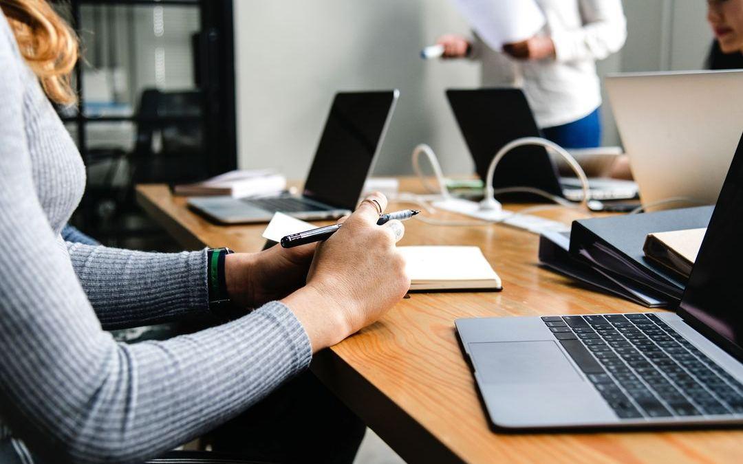 Os cursos in company capacitam os colaboradores de forma personalizada, reduzem custos e permite integração das equipes. Saiba mais em nosso artigo.