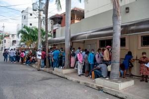 Haitianos solicitando documentaciones