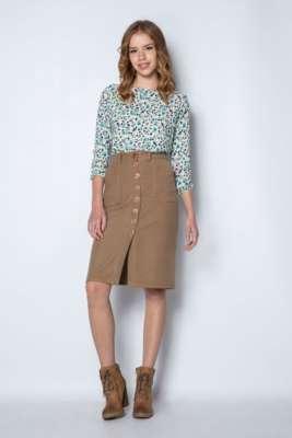Blusa suelta con estampado floral. Falda recta a media pierna con cruce delantero.