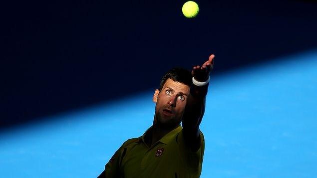 Djokovic sobrevive susto y avanza a cuartos en Australia