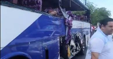 Otro accidente mortal en el Número de Azua, tres muertos y varios heridos por choque entre camón y minibús