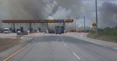 Bomberos de La Romana sofocan incendio próximo al peaje Circunvalación Profesor Juan Bosch