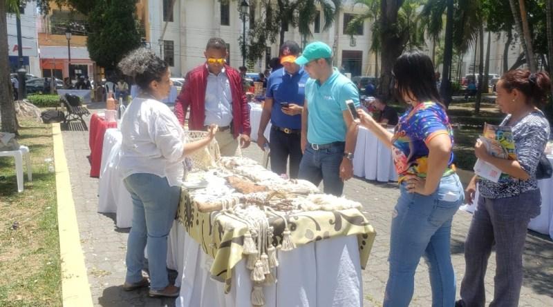 Alcalde Abel Martínez llama a fomentar valores apoyando artesanos locales