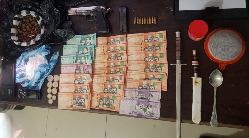 La Policía ocupa armas, dinero y drogas durante operativos antinarcóticos