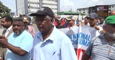 Grupos de manifestantes entregan documento al congreso y se retiran; disminuye presencia policial
