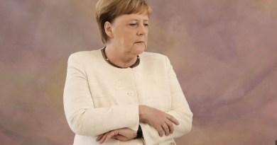 Canciller alemana Merkel vuelve a sufrir temblores en acto oficial